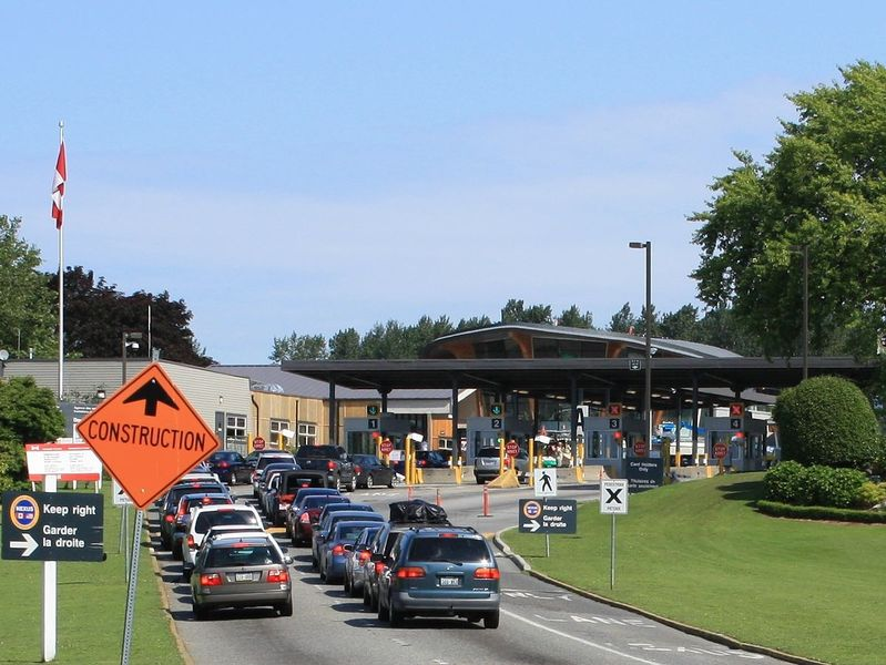 Cars approaching Canada Customs at Douglas, British Columbia from Blaine, Washington. By dherrera_96derivative work: Blueiculous (talk) - Flickr, CC BY 2.0, https://commons.wikimedia.org/w/index.php?c